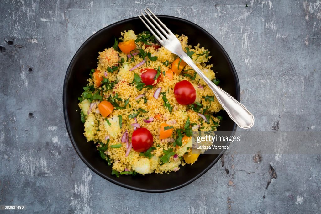 Couscous Salad with tomato, parsley, cucumber and red onions : Stock-Foto