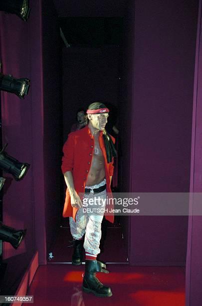 Couture Collection Fallwinter 20012002 John Galliano En France à Paris le 7 juillet 200 Défilé de la collection haute couture automnehiver 20012002...