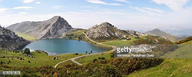 covadonga lakes - principado de asturias fotografías e imágenes de stock