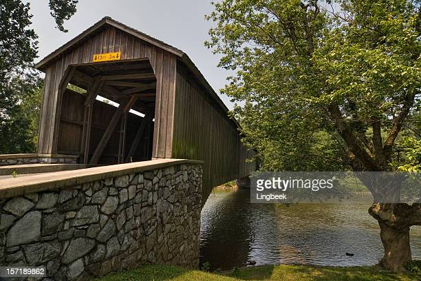 covered bridge in amish county - covered bridge stock pictures, royalty-free photos & images