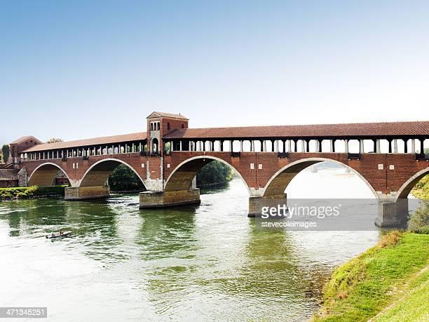 屋根付き橋 - イタリア パヴィア ストックフォトと画像