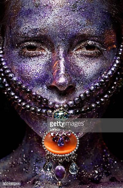 Recouvert de maquillage violet brillant femme avec des bijoux de luxe