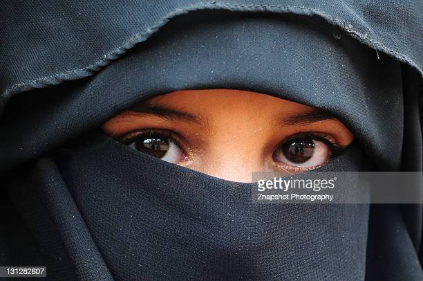 covered muslim child - yemen stock pictures, royalty-free photos & images