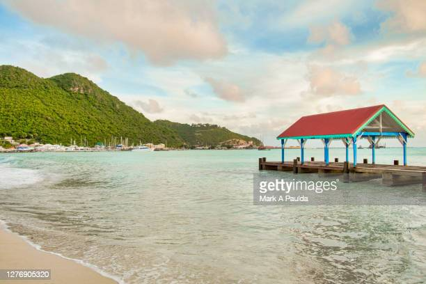 covered pier in a bay at philipsburg sint maarten - philipsburg sint maarten stockfoto's en -beelden