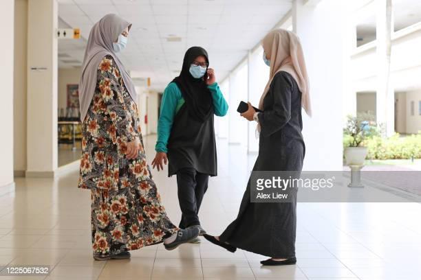 covid 19: nouvelles poignées de main et salutations - hijab feet photos et images de collection
