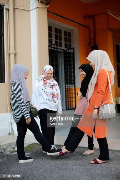 covid-19: poignées de main alternatives - hijab feet photos et images de collection