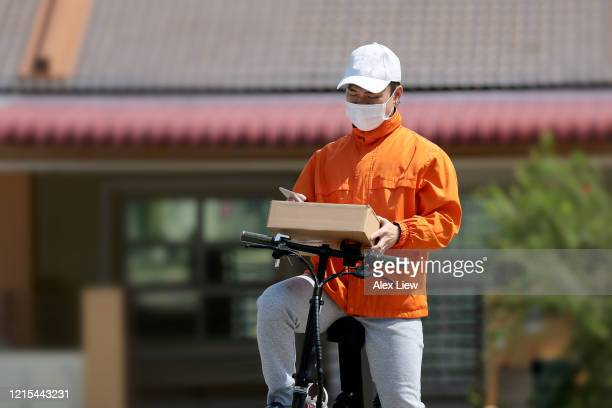 covid-19: delivery service - essential workers stock pictures, royalty-free photos & images