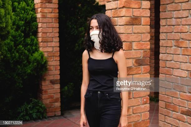 covid-19 face coverings - ゲートル ストックフォトと画像