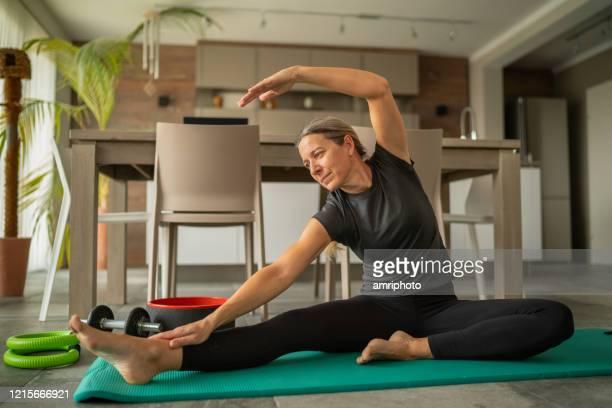 covid-19 fitnessübungen allein zu hause - turner syndrome stock-fotos und bilder