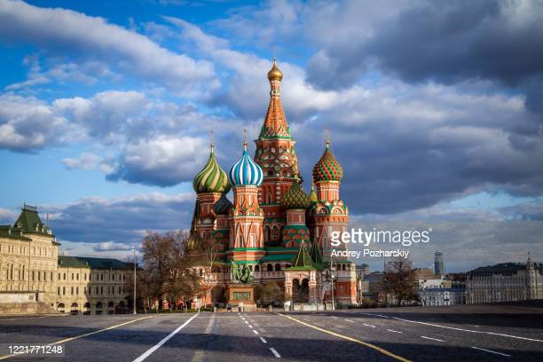 covid-19, quarantine in moscow, coronavirus in russia. empty red square without people - russia stock pictures, royalty-free photos & images