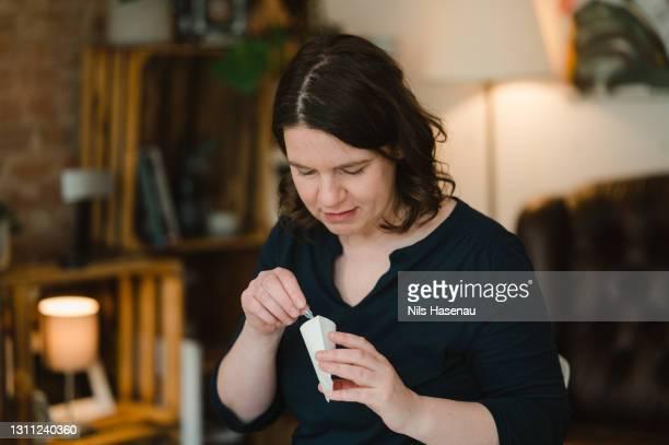 自宅でのcovid-19テスト - 唾液検査 ストックフォトと画像