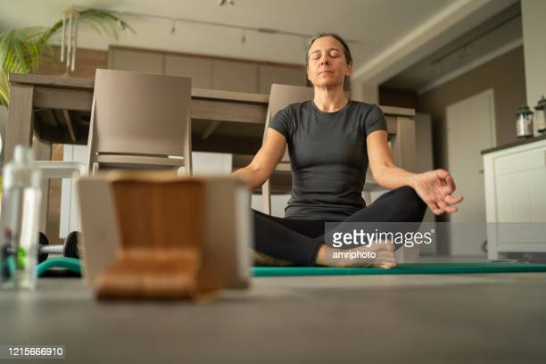 covid-19 yoga breathing exercise at home - aplanar a curva imagens e fotografias de stock