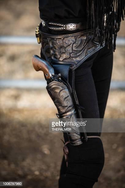 étui de pistolet de cowboy - cowgirl photos et images de collection