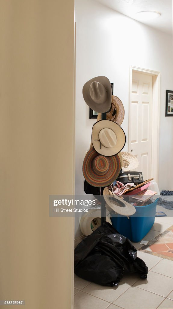 Cowboy hats hanging on hat rack : Foto stock