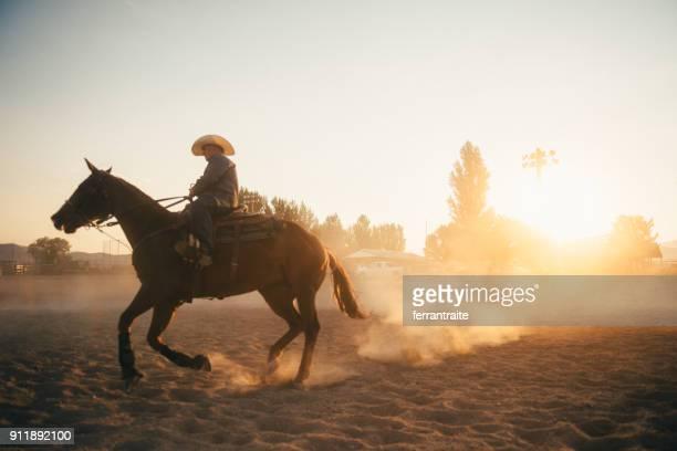 cavalgada de caubói na arena de rodeio - estadio de los cowboys - fotografias e filmes do acervo