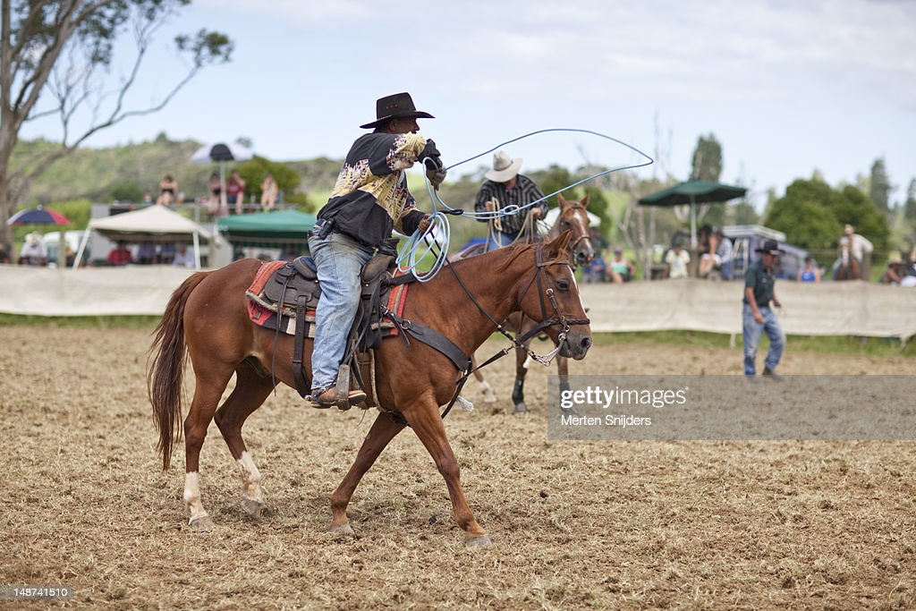 Cowboy on horse with lasso at Far North Rodeo. : Stockfoto