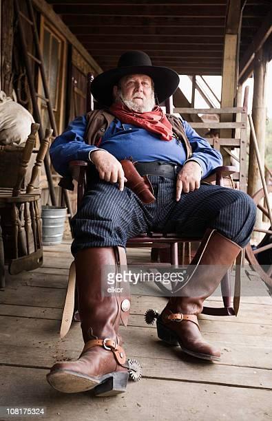 Cowboy entspannenden und sitzt auf der Veranda