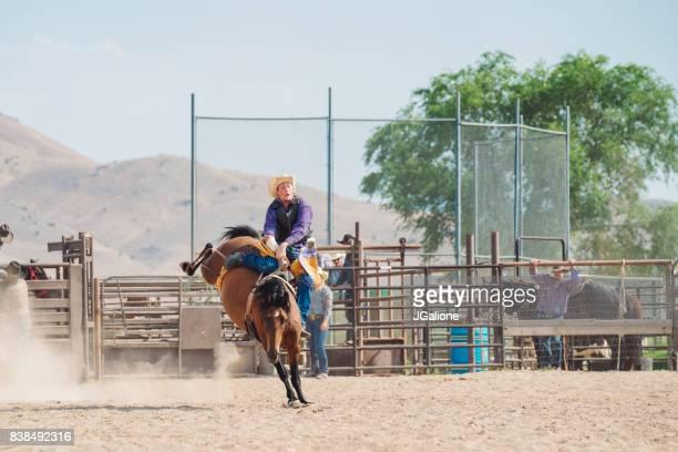Cowboy auf einem Ruckeln Pferd ohne Sattel reiten