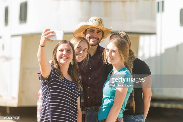 Cowboy prenant selfie avec ferme jeune fille amis au ranch à Salt lake City SLC Utah USA