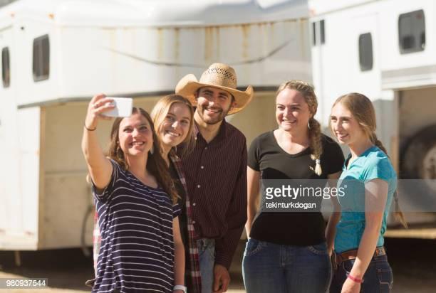 selfie prise de cow-boy avec des amis fille jeune agriculteur au ranch paddock à Salt lake City SLC nous