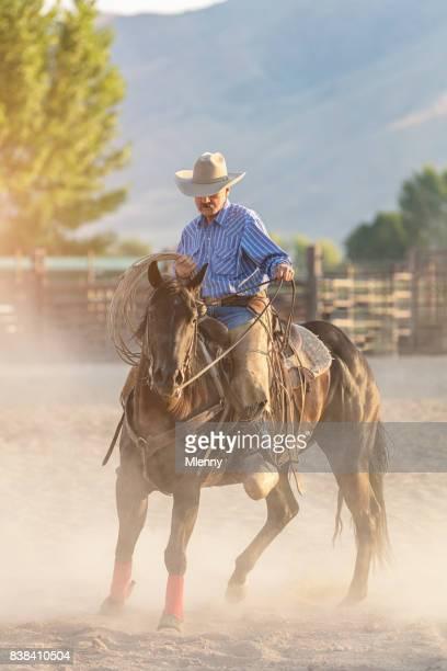 Cowboy mit Lasso Reiten in Rodeo arena