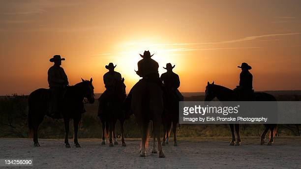 cowboys and cowgirl at sunrise - texas photos et images de collection