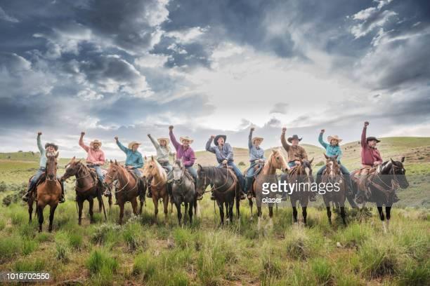 vaqueros y vaqueras que anima, celebrando el éxito. cielo espectacular, campos y montañas de utah - animal win fotografías e imágenes de stock