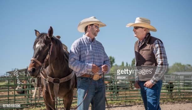 Cowboys en paard, zakendoen, boerderij dieren in achtergrond
