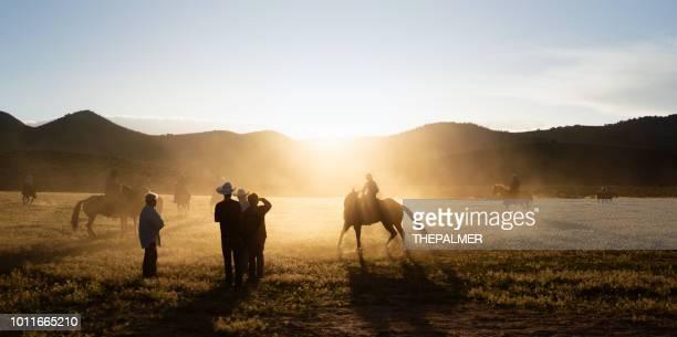 カウボーイの乗馬 - ウエスタン映画 ストックフォトと画像