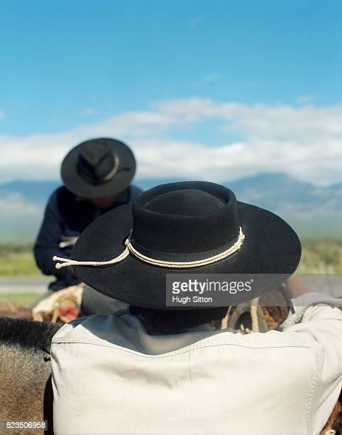 cowboys in cafayete, salta, argentina - hugh sitton photos et images de collection