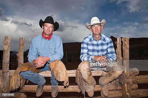 cowboys sentado en la valla - pantalón de cuero fotografías e imágenes de stock