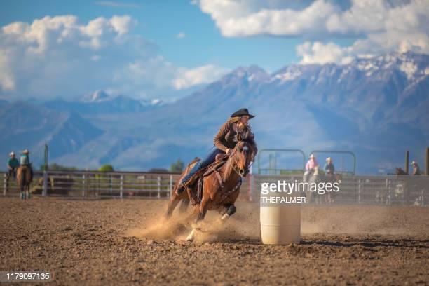カウガールバレルレーシングロデオ - horse racing ストックフォトと画像