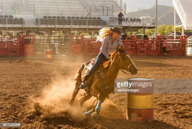 cowgirl cowboy reiten pferd rodeo fahrerlager arena at nephi von salt lake city slc utah usa - salt lake city stock-fotos und bilder