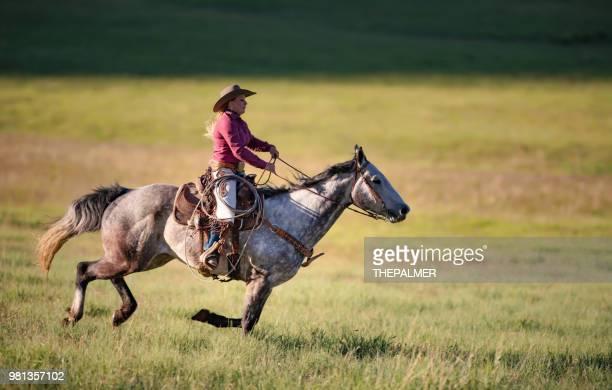騎乗位乗馬 - ウエスタン映画 ストックフォトと画像