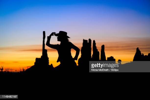 cowgirl in tres maria valley - três pessoas stock pictures, royalty-free photos & images
