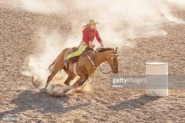 vaqueira rodeio barril corridas de competição - estadio de los cowboys - fotografias e filmes do acervo