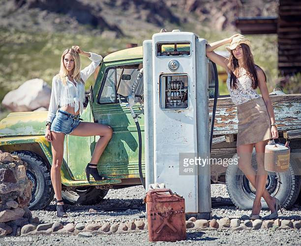 Cowgirls in der Oldtimer Gasstation