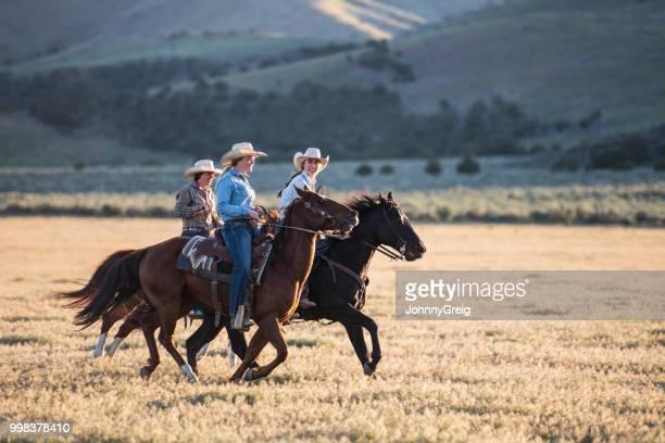 cowgirls circonscription ensemble sur les chevaux - cowgirl photos et images de collection