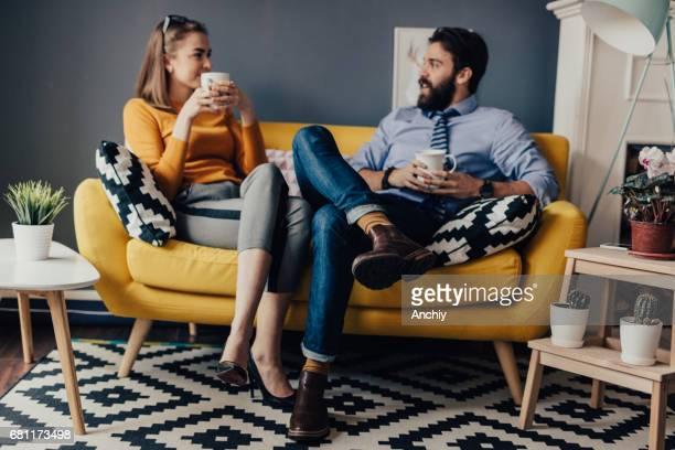 Kollegen sind im Chat und Kaffeetrinken im Pausenraum