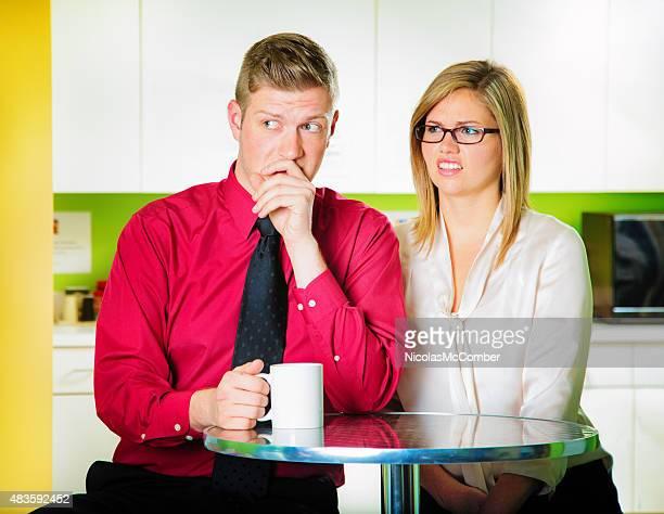 Collègues critiquer des collègues durant une pause-café