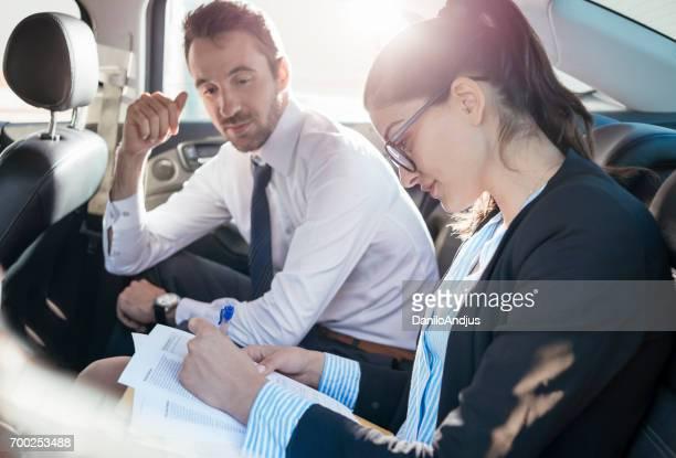 同僚の車の中でいくつかの事務処理を行う