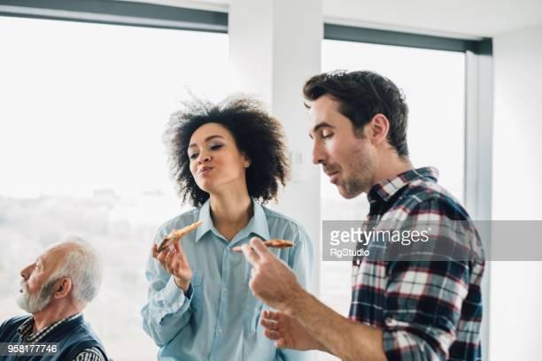 colegas de trabalho comendo pizza no almoço - comida pronta - fotografias e filmes do acervo