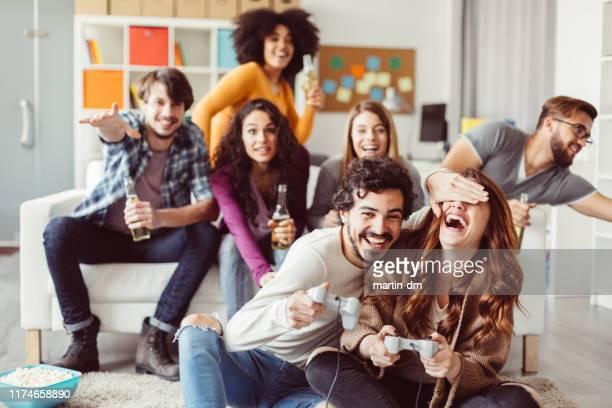 mitarbeiter, die nach der arbeit spaß im büro haben - computerspiel konsole stock-fotos und bilder