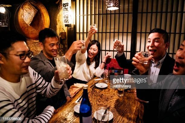 日本料理の同僚が乾杯ドリンク - 乾杯 ストックフォトと画像
