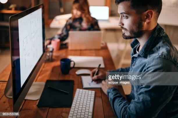 Mitarbeiter im Büro finishing arbeiten bis in die Nacht