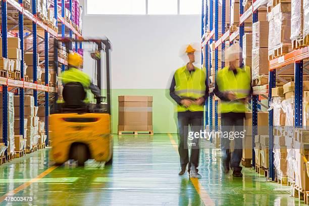 Compañeros de trabajo en el almacén
