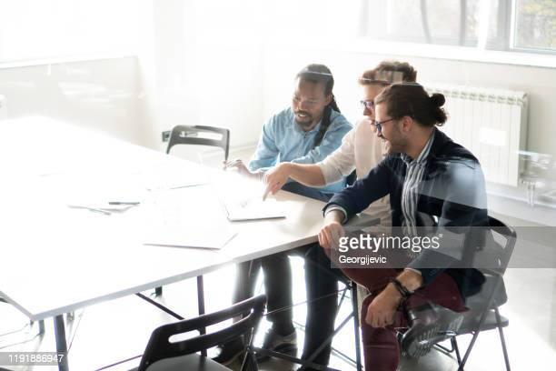 coworking - kleine groep mensen stockfoto's en -beelden