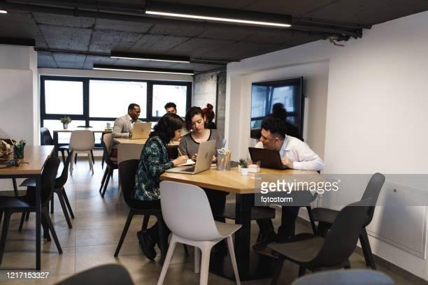 espace de coworking, un lieu de développement des idées de chacun - coiffure afro photos et images de collection