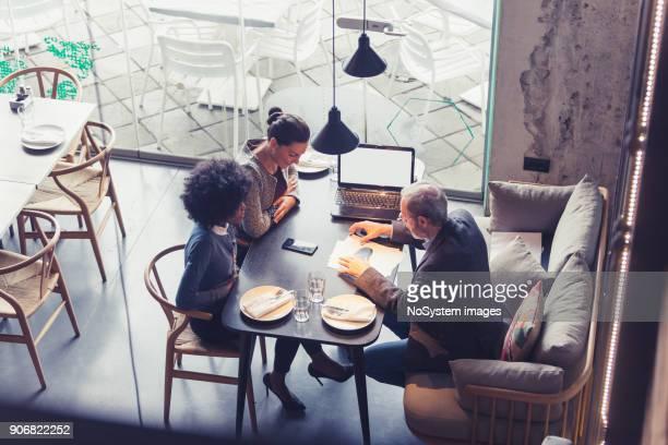 Coworking-Space in High-End-Restaurants. Geschäftsleute treffen In einem Restaurant.