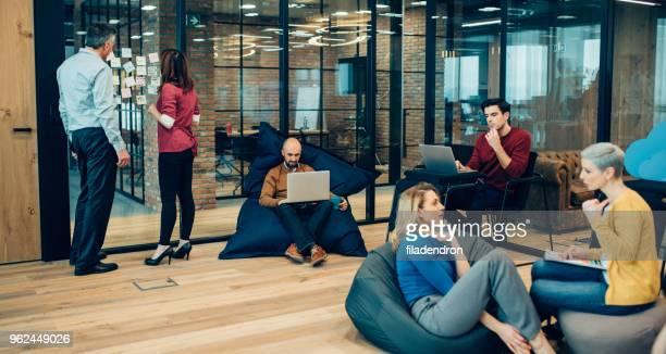 coworking espace - être à l'aise photos et images de collection